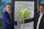 Handen schudden voor zonnepaneel Fooq en QuaWonen